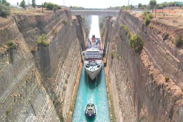 Κόρινθος: Πλοίο σφήνωσε στον Ισθμό! (video)
