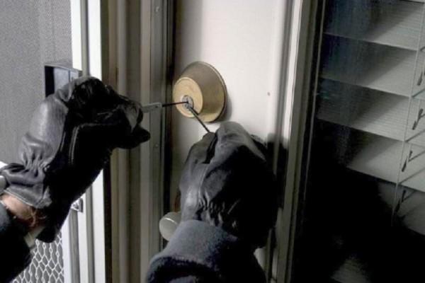 Απίστευτο: Κοπέλα κάλεσε κλειδαρά για να... διαρρήξει σπίτι!