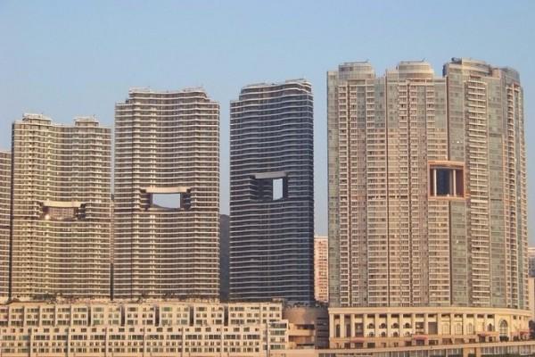 Αποκλείεται να το γνωρίζατε: Γιατί οι ουρανοξύστες στο Χονγκ Κονγκ έχουν παράξενες τρύπες; (video)