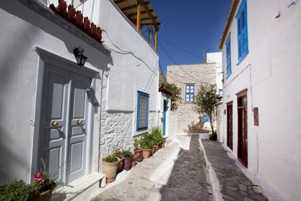 Δυστυχώς αργήσατε! Ποιο κοντινό στην Αθήνα νησί έχει ήδη «ξεπουλήσει» για το Πάσχα με 100% πληρότητα;