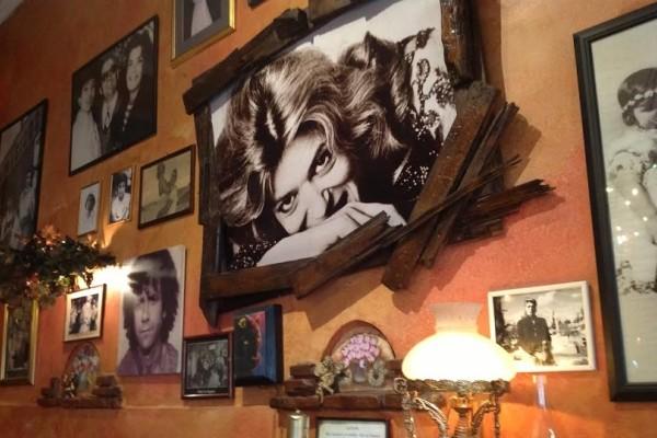 «Καφέ Μελίνα»: To ρετρό cafe της Πλάκας που σε ταξιδεύει στο γλυκό παρελθόν της Αθήνας!