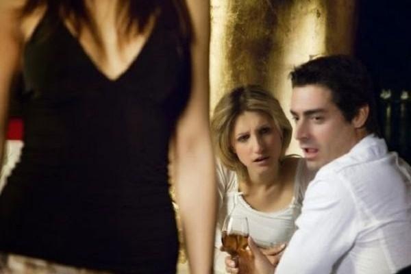 Σχέσεις: Τι είναι αυτό που κάνει τους άντρες να ξενοκοιτάνε!