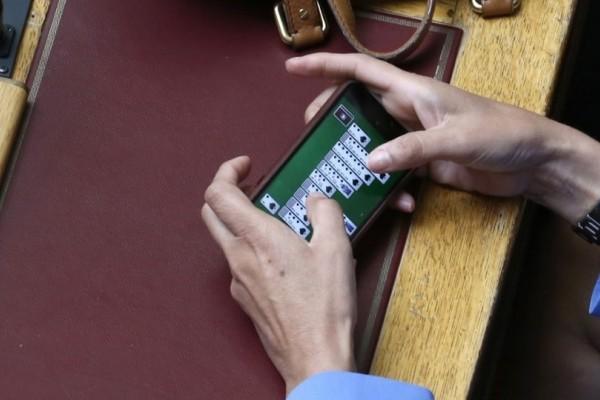 Η απόλυτη ξεφτίλα! Ποια Ελληνίδα βουλευτής έπαιζε πασιέντζα στο κινητό της την ώρα που μιλούσε ο Αλέξης Τσίπρας; (photo)