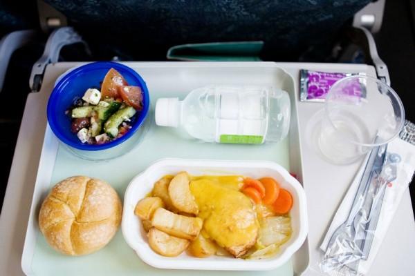 Προσοχή: Γιατί δεν πρέπει να τρώτε ποτέ το φαγητό του αεροπλάνου;