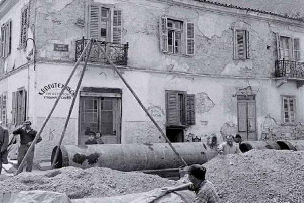 Όταν εκατοντάδες κάτοικοι του Αιγάλεω επιτέθηκαν κατά της χωροφυλακής επειδή τους γκρέμισαν τα σπίτια (photos)