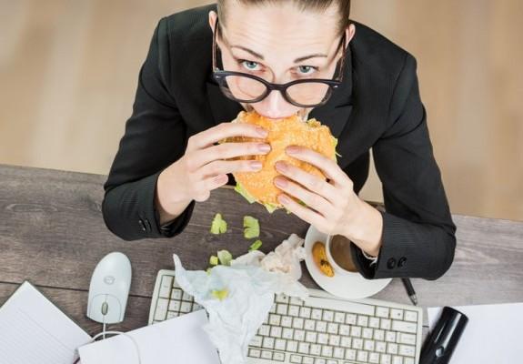 Προσοχή: Οι 5 διατροφικές παγίδες στην δουλειά και πως θα τις αντιμετωπίσεις!