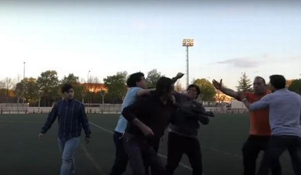 Δεν ξανάγινε: Απίστευτο ξύλο μεταξύ γονέων σε παιδικό αγώνα! (video)