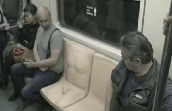 Το κάθισμα με το ανδρικό μόριο στο μετρό που προκαλεί αμηχανία! (video)