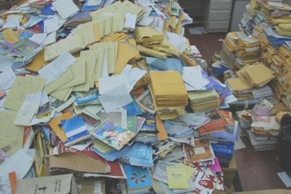 Έπαθαν το σοκ της ζωής τους! Βρήκαν στα σκουπίδια ένα βιβλίο αλλά αυτό που έκρυβε μέσα τους άφησε με το στόμα ανοιχτό
