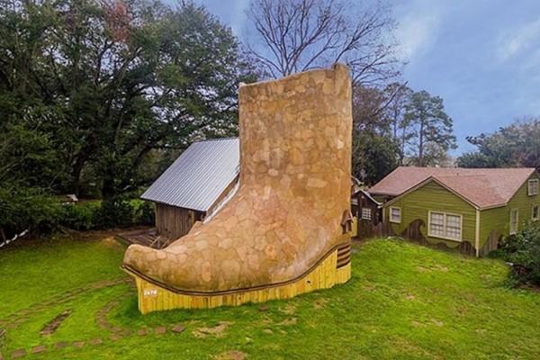 Το είδαμε κι αυτό! Έφτιαξε σπίτι σε σχήμα μπότας και έχει ξετρελάνει το διαδίκτυο (photos)