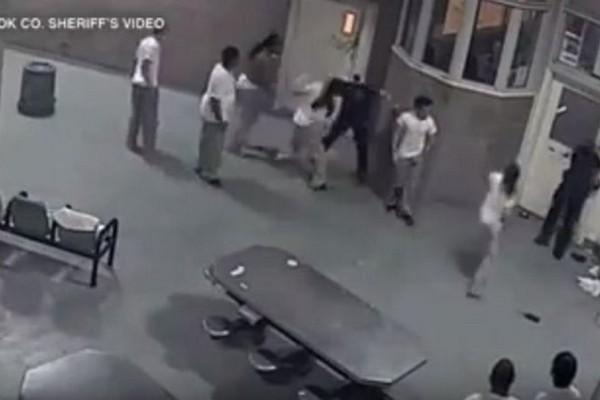 Σκληρές εικόνες: Άγριο ξύλο κρατουμένων σε δύο αστυνομικούς μέσα στις φυλακές! Βίντεο - ντοκουμέντο