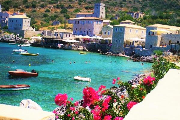 Σαν να το γέννησε η θάλασσα: Σε ποια ελληνική πόλη βρίσκεται αυτό το μοναδικό πέτρινο χωριό; (photos)