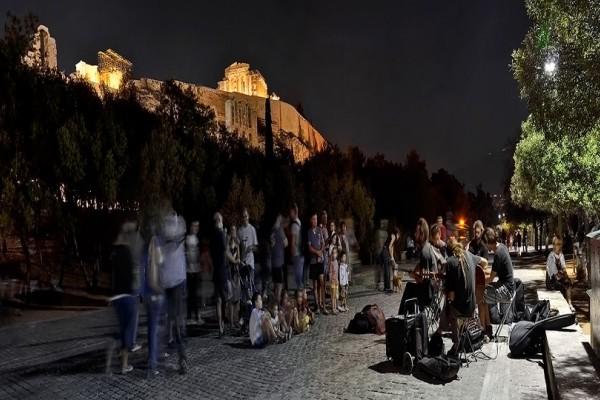 Βόλτα στη Διονυσίου Αρεοπαγίτου: Γιατί αποτελεί τον ομορφότερο περίπατο της Αθήνας (Photos)