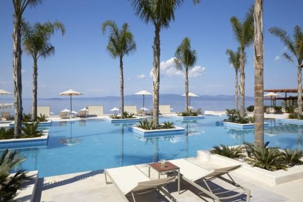 Τύφλα να έχουν οι Μαλδίβες! Αυτό το πολυτελές resort στη Χαλκιδική θα σας κάνει να τα χάσετε!