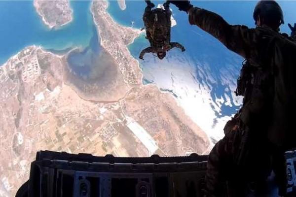 Πέφτοντας από τον ουρανό! Η άσκηση των αλεξιπτωτιστών που πραγματικά κόβει την ανάσα (photos)