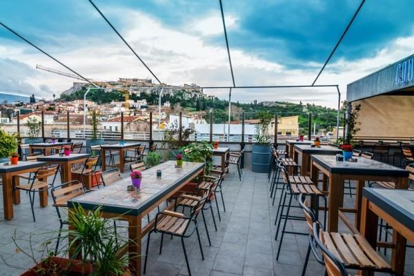 Οι επτά καλύτερες ταράτσες της Αθήνας για να πιείτε δροσιστικό κοκτέιλ τώρα που καλοκαιριάζει (photos)