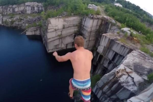 Θα σας κοπεί η ανάσα! Πηδάει στο κενό από γκρεμό 110 ποδιών και το διαδίκτυο παραληρεί (video)
