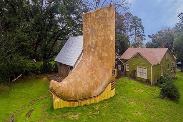 Εντυπωσιακό: Σχεδίασε και ζει σε ξύλινο σπίτι-μπότα: Θα πάθετε πλάκα με τα υπνοδωμάτια και την οροφή!