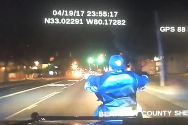 Βίντεο - σοκ: Η θανατηφόρα κίνηση Αστυνομικού που αφήνει νεκρό μοτοσικλετιστή! (video)
