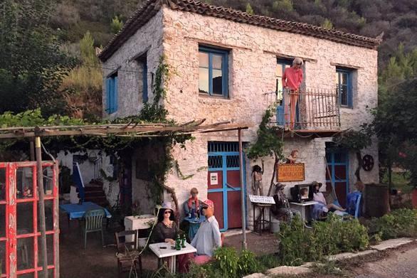 Απίστευτο: Το ελληνικό χωριό στο οποίο «ζουν» κούκλες! Ανάμεσα στη Ζαχάρω και στην Κυπαρρισσία! (photo)