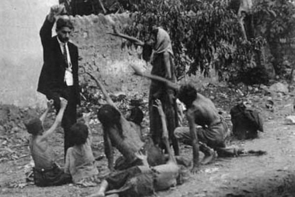 Συγκλονιστική φωτογραφία που μιλάει από μόνη της: Τούρκος χλευάζει σκελετωμένα παιδιά Αρμενίων κρατώντας ψηλά ένα κομμάτι ψωμί
