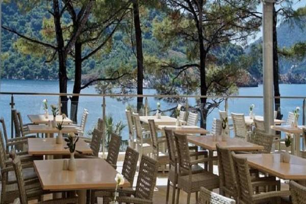 Έπος: Εφαγε σε πανάκριβο παραθαλάσσιο εστιατόριο και έπεσε στη θάλασσα για να μην πληρώσει!