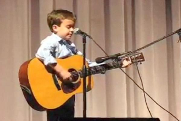Ο μικρός ίσα που φτάνει για να παίξει με την κιθάρα, αλλά μόλις ξεκινήσει το τραγούδι του θα σας σηκωθεί η τρίχα! (video)