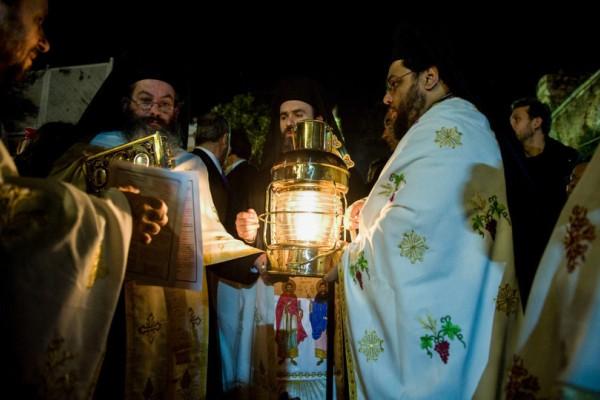 Δέος και ευλάβεια: Έφτασε στην Ελλάδα το Άγιο Φως!