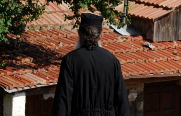 Σάλος στην Πάτρα: Ιερέας πυροβόλησε και σκότωσε δύο σκυλιά μπροστά στα μάτια παιδιών!