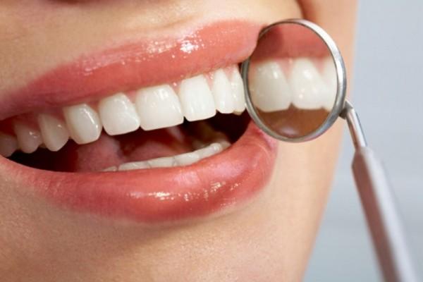 Σώστε τα δόντια σας! Τι είναι αυτό που προκαλεί ευαισθησία στα δόντια και ποια είναι η κατάλληλη θεραπεία;
