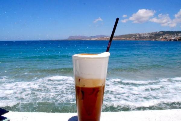 Χαϊδεύοντας το κύμα: Τα καλύτερα μαγαζιά για χαλαρό άραγμα στην παραλία!