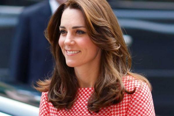 Ξεχάστε όσα ξέρατε για τα sneakers. Αυτά που φόρεσε η Kate Middleton είναι οικονομικά και είναι το νέο trend