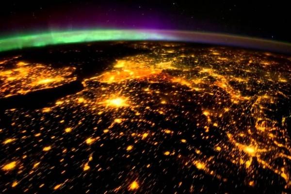 Τελικά πόσο... ασήμαντοι είμαστε; Η Γη και η Σελήνη όπως φαίνονται από τον Κρόνο (Μοναδικές φωτογραφίες)