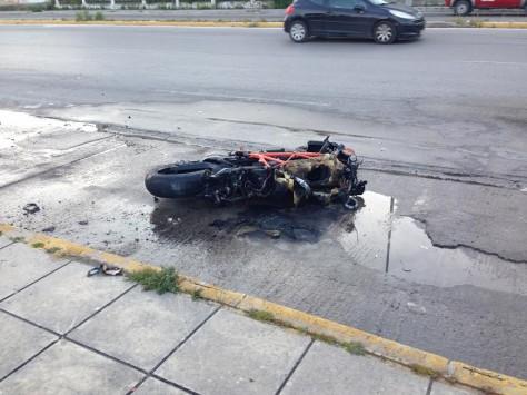 Σοκ στην Πάτρα: Μηχανή καρφώθηκε σε φορτηγό και τυλίχθηκε στις φλόγες! Σε κρίσιμη κατάσταση ο οδηγός