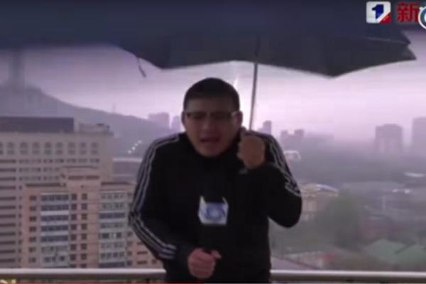 Τρομακτικό βίντεο: Μετεωρολόγος χτυπιέται από κεραυνό Live στην τηλεόραση! (Video)