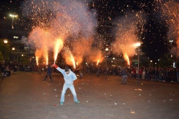 Φανταστικό θέαμα: Συγκλόνισε και φέτος το έθιμο των χαλκουνιών στο Αγρίνιο! (Video)