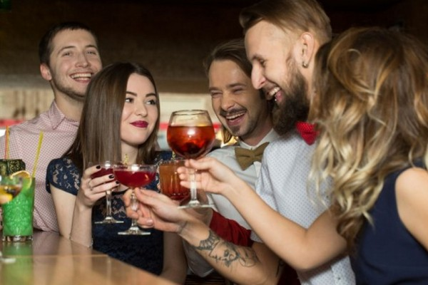 Τα τσιγάρα, τα ποτά και τα ξενύχτια: Ποια είναι τα ζώδια που αντέχουν στις