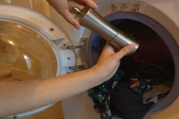 Βάζει τα ρούχα στο πλυντήριο και ρίχνει μαύρο πιπέρι και αλάτι! Απίστευτο αποτέλεσμα