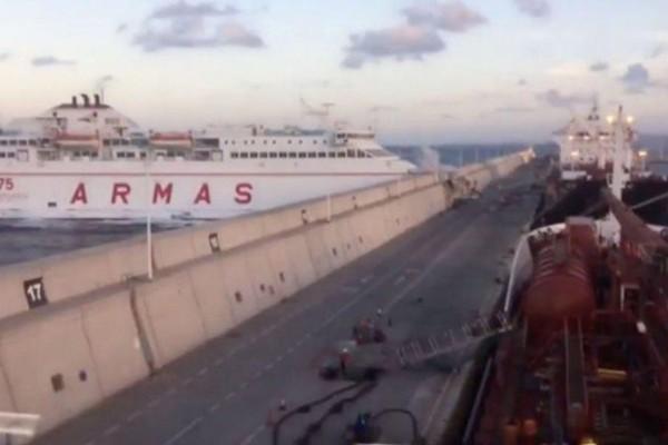 Τρόμος εν πλω! Πλοίο προσέκρουσε στο λιμάνι! (video)