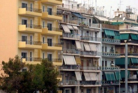 Συμβαίνει τώρα: Άνδρας απειλεί να πέσει από ταράτσα πολυκατοικίας στο κέντρο της Αθήνας! (Photos)