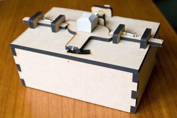 Δεν πάμε καλά: Κουτί με μπισκότα χρειάζεται δύο άτομα για να ανοίξει! (Video)