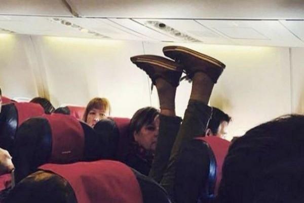 Μας κούφανε: 4 πράγματα που δεν πρέπει να φοράτε στο αεροπλάνο! Δώστε βάση στο 3ο!