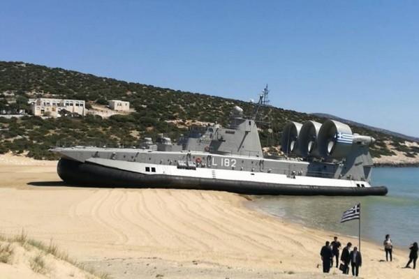 Χόβερκαρτ του Πολεμικού Ναυτικού έκανε απόβαση στο Πυργάκι της Νάξου και όσοι βρέθηκαν στην παραλία έπαθαν το σοκ της ζωής τους (video)