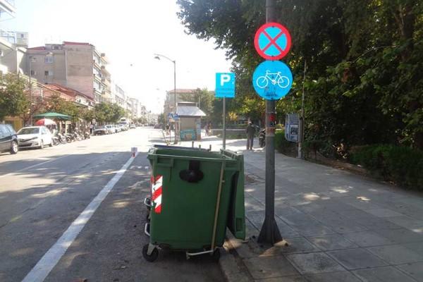Γαϊδούρι: Ελληνάρας στα Τρίκαλα πήγε και πάρκαρε πάνω σε ποδηλατόδρομο! (photo)