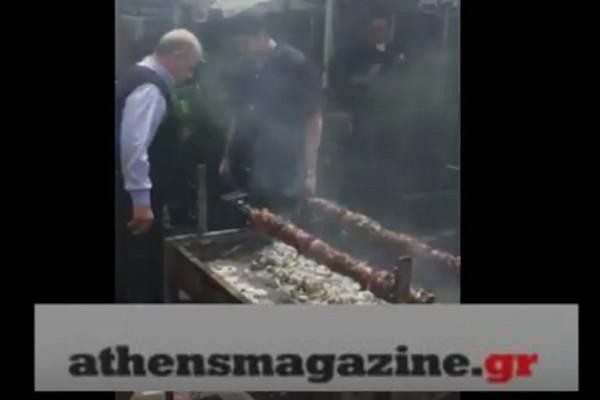 Μοναστηράκι πλατεία: Ψήνουν αρνιά και κοκορέτσια! το βίντεο που έγινε viral στο ίντερνετ! (Photos & Video)