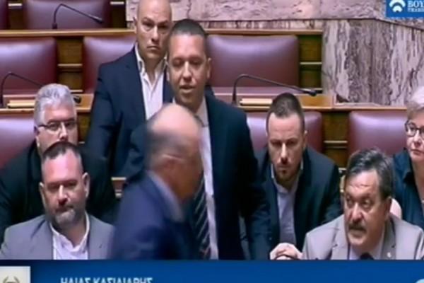 Άγριο επεισόδιο: Ο Κασιδιάρης χτύπησε τον Δένδια και τον πέταξαν έξω από την Βουλή! (video)