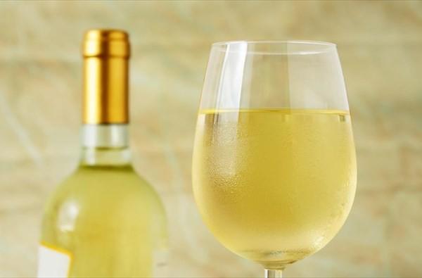 Τρομερό κόλπο: Έτσι θα παγώσετε το κρασί σας σε 3 λεπτά!