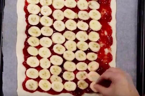 To γλυκό της ημέρας: Γλυκιά πίτσα με μπανάνες και μαρμελάδα φράουλα