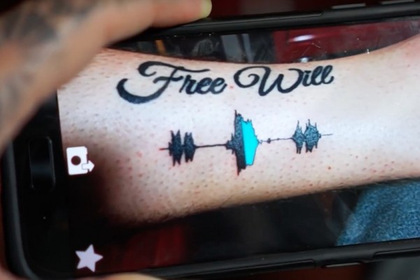 Περάσαμε σε άλλη εποχή! Αυτά είναι τα τατουάζ που πλέον παίζουν και μουσική (video)