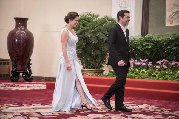 Σαν σταρ του σινεμά! Το φόρεμα με το βαθύ σκίσιμο της Περιστέρας Μπαζιάνα που τρέλανε τους Κινέζους (photos)